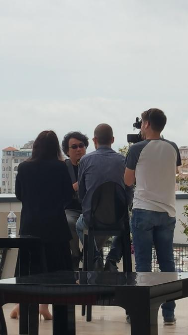 Bong John Hoo en interview, terrasse du Palais des Festival